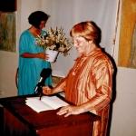 Eva am Rednerpult bei Ausstellungseröffnung