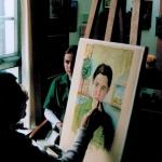 Eva beim Portraitmalen in ihrem Kölner Atelier