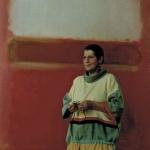 Eva im Streifenoutfit vor Rothko
