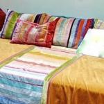 Bettüberwurf und Kissen